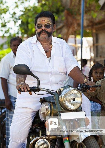 Mann  fahren  Straße  Motorrad  bevölkert  Indien  Tamil Nadu