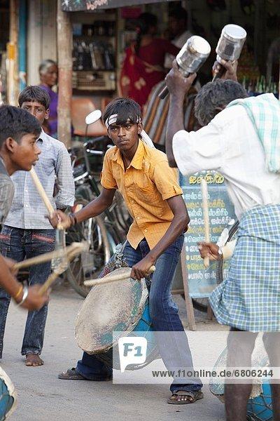 Junge - Person  Straße  Produktion  Musik  Festival  Hinduismus  Indien  Tamil Nadu
