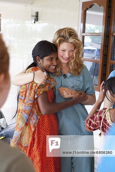 Henna  Mendhi  Frau  streichen  streicht  streichend  anstreichen  anstreichend  2  jung  1  umarmen  Indien  Tamil Nadu
