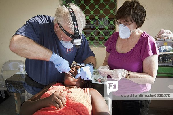 Teamwork  Armut  arm  arme  armes  armer  Bedürftigkeit  bedürftig  Hilfe  Gesundheitspflege  Zahnarzt  Mutter - Mensch  Haiti  Freiwilliger