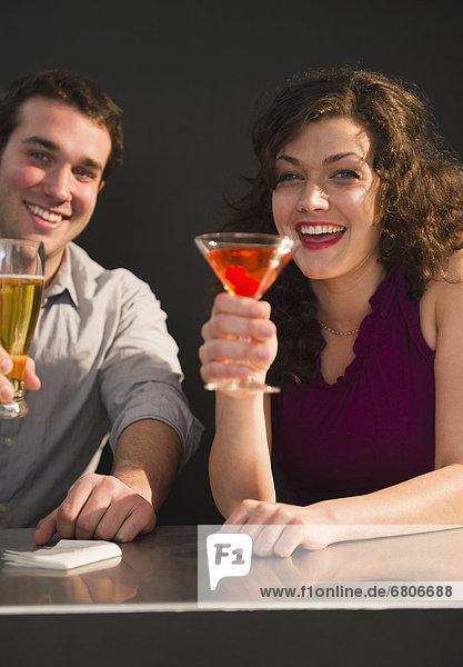 sitzend  Fröhlichkeit  Getränk  Tresen