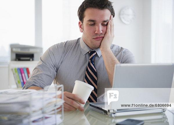 Mann  Notebook  Langeweile  arbeiten  Business