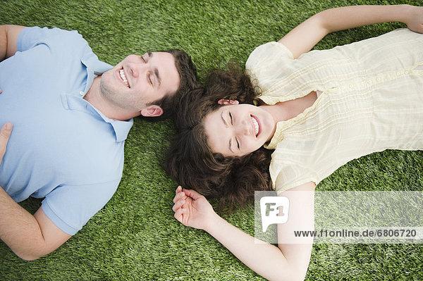 Paar auf Gras liegend
