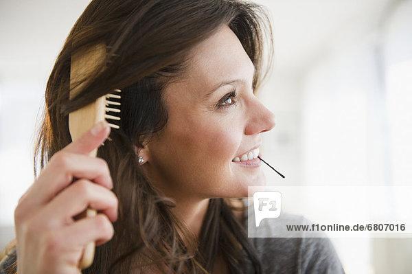 Frau bürstende Haar