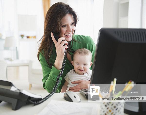 arbeiten Tochter Mutter - Mensch Baby Heimarbeitsplatz
