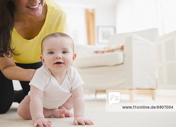 kriechen  robben  Teppichboden  Teppich  Teppiche  Tochter  Mutter - Mensch  Baby