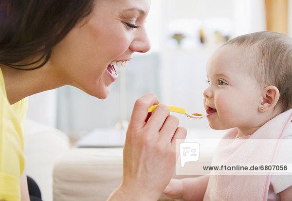 Tochter  Mutter - Mensch  Baby  füttern