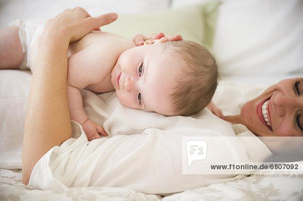 liegend  liegen  liegt  liegendes  liegender  liegende  daliegen  Bett  Tochter  Mutter - Mensch  Baby