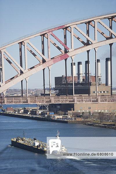 Schiff unter Brücke