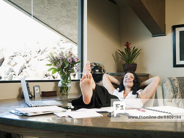 Frau von zu Hause arbeiten