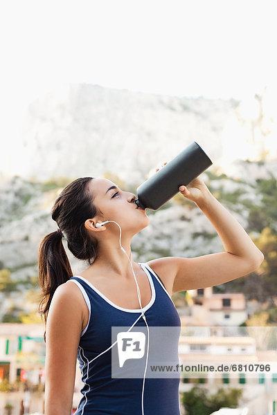 Wasser  Frankreich  Frau  jung  trinken  Marseille  Trainingsanzug