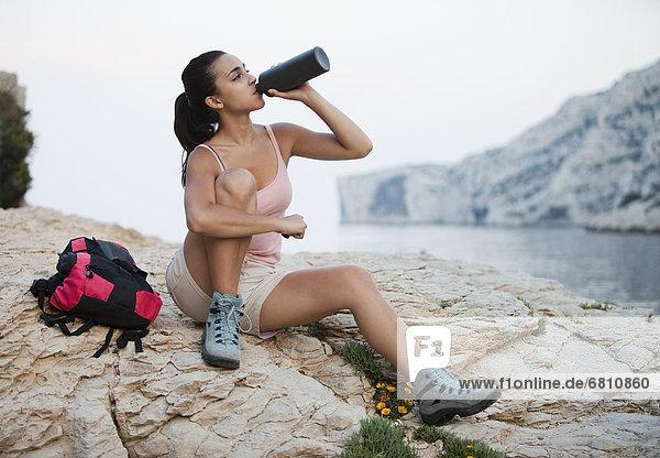 Rucksack  Wasser  Frankreich  Frau  Felsen  Strand  trinken  Marseille