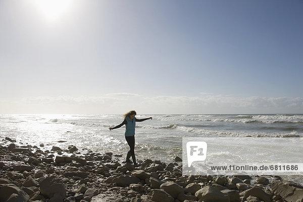 spazierengehen  spazieren gehen  Frankreich  Frau  Felsen  Strand  jung