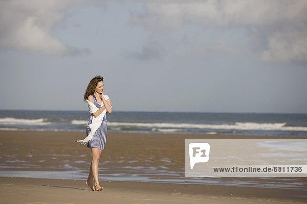 spazierengehen  spazieren gehen  leer  Frankreich  Frau  Strand  jung