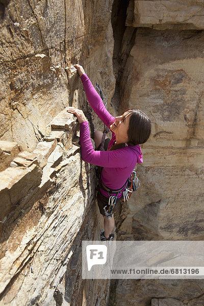 Felsbrocken  Frau  lächeln  klettern