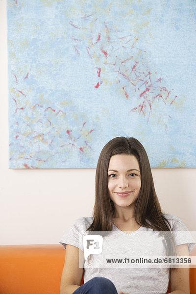 sitzend Portrait Frau Couch lächeln