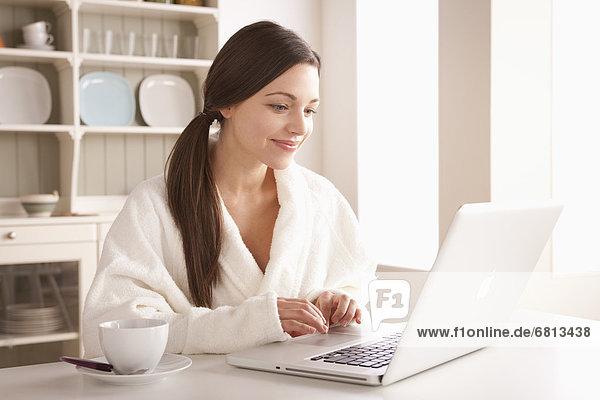 junge Frau junge Frauen benutzen Notebook