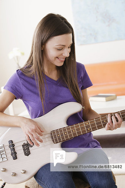 Junge Frau spielt e-Gitarre