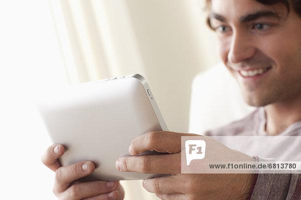 benutzen Mann lächeln Tablet PC