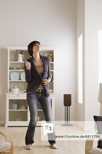 Interior  zu Hause  Frau  tanzen  jung