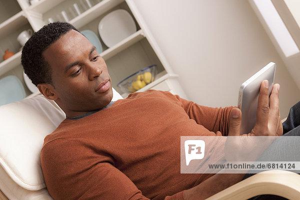 benutzen Mann Mittelpunkt Tablet PC Erwachsener