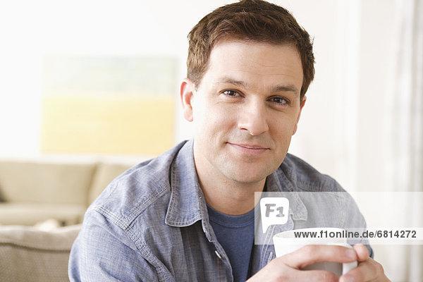 Portrait  Mann  Becher  lächeln  halten  Mittelpunkt  Erwachsener