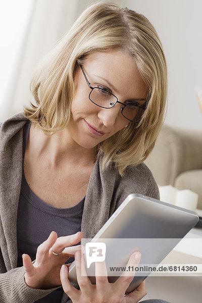 benutzen Frau lächeln Mittelpunkt Tablet PC Erwachsener