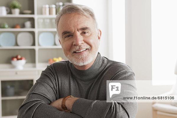Senior Senioren Portrait Mann lächeln