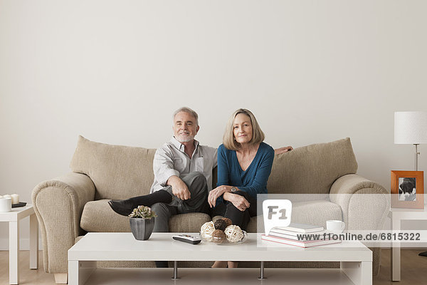 sitzend Senior Senioren Fröhlichkeit Couch