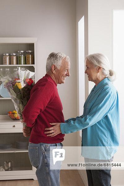 Senior  Senioren  Frau  Mann  geben  Blume