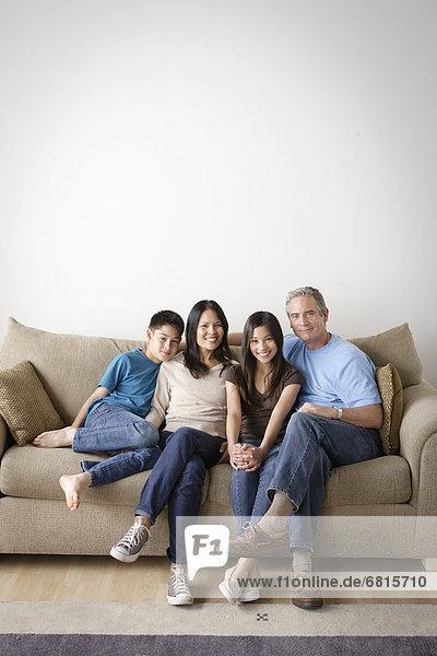 sitzend  Fröhlichkeit  Couch