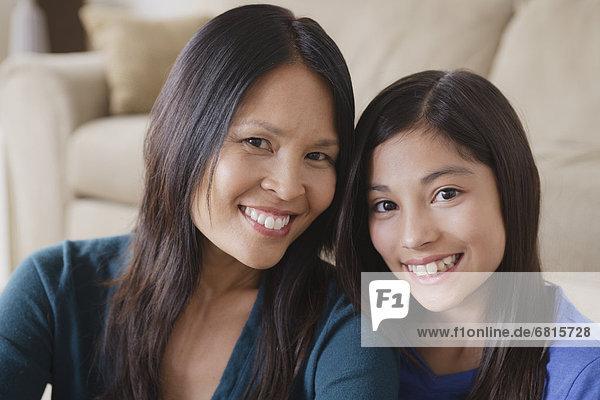 Porträt von Mutter und Tochter lächelnd