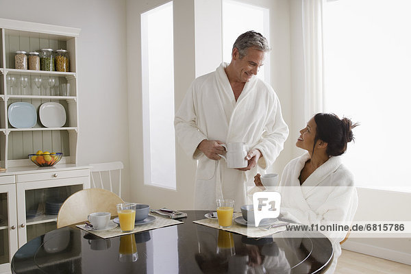 Paar frühstückt in der Küche