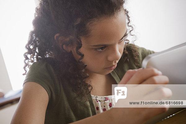 Portrait  Schülerin  Tablet PC  10-11 Jahre  10 bis 11 Jahre