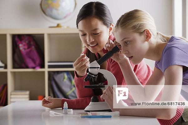 Jugendlicher  arbeiten  Mädchen  13-14 Jahre  13 bis 14 Jahre  Mikroskop