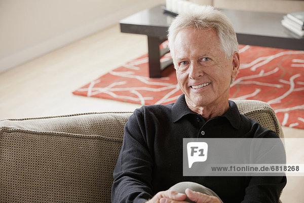 sitzend  Senior  Senioren  Portrait  Mann  Couch  lächeln