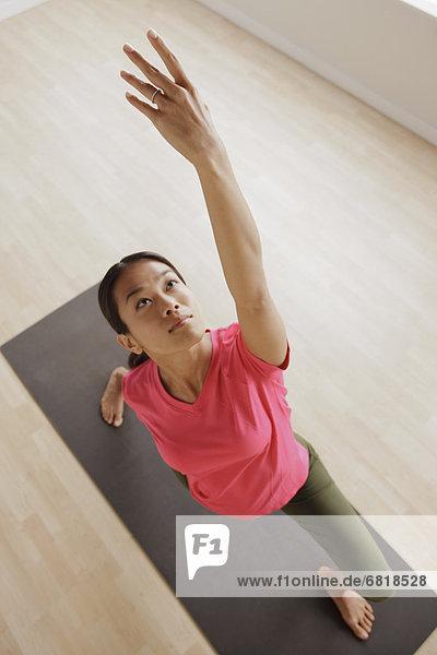 Junge Frau beim Fitness-Training