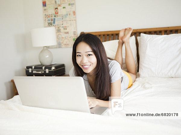 liegend  liegen  liegt  liegendes  liegender  liegende  daliegen  Frau  Notebook  Bett  jung