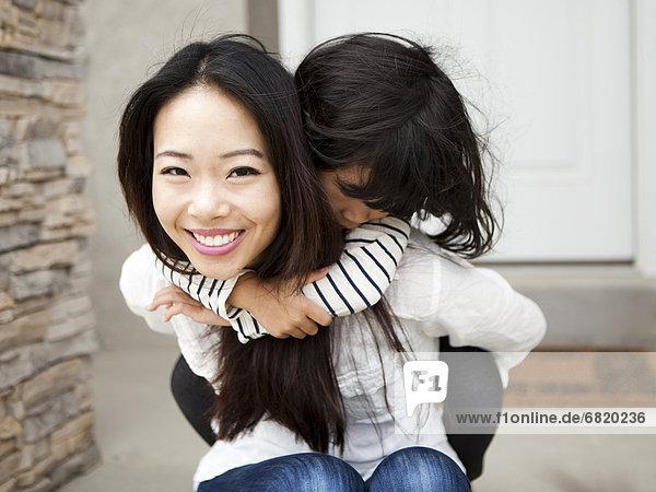 Frau  umarmen  lächeln  Tochter  5-6 Jahre  5 bis 6 Jahre