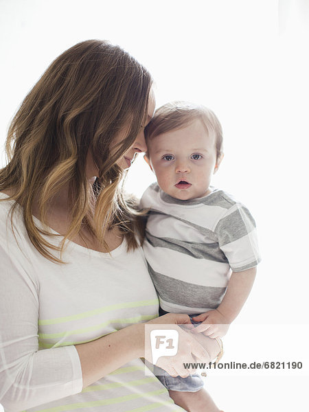 Portrait  Frau  umarmen  Junge - Person  jung  Baby