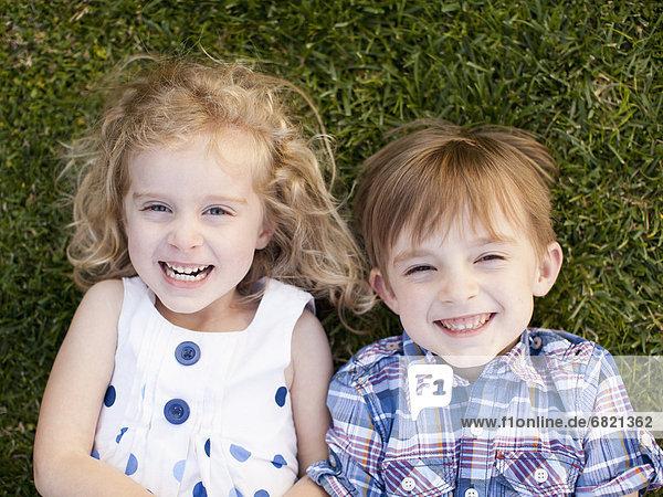 liegend  liegen  liegt  liegendes  liegender  liegende  daliegen  Portrait  Junge - Person  Außenaufnahme  Gras  5-6 Jahre  5 bis 6 Jahre  5-9 Jahre  5 bis 9 Jahre  Mädchen