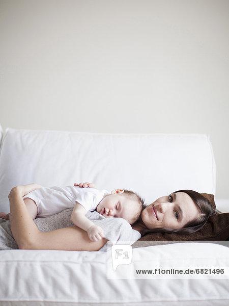 umarmen  schlafen  Mädchen  Mutter - Mensch  Baby