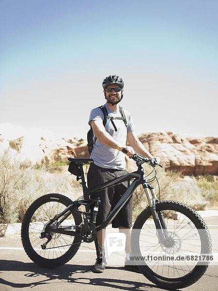 Vereinigte Staaten von Amerika  USA  Landschaftlich schön  landschaftlich reizvoll  Berg  Mann  Pose  Mittelpunkt  Fahrrad  Rad  Erwachsener  Moab  Utah