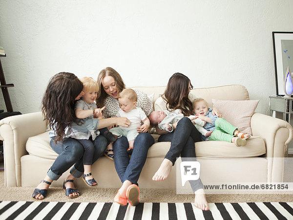sitzend  Zusammenhalt  Couch  Junge - Person  2  jung  3  2-3 Jahre  2 bis 3 Jahre  Mädchen  Baby