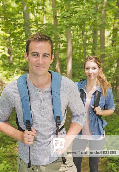 Paar wandert im Wald