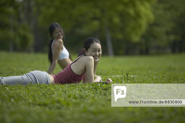 liegend  liegen  liegt  liegendes  liegender  liegende  daliegen  Frau  grün  2  jung  Gras