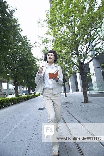 Geschäftsfrau  rennen  halten  Tagebuch