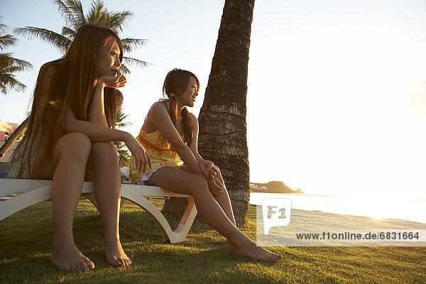 Vereinigte Staaten von Amerika  USA  sitzend  Frau  lächeln  Sitzbank  Bank  jung  Guam