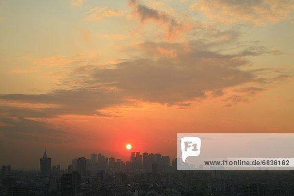 Landschaftlich schön  landschaftlich reizvoll  Richtung  Tischset  Großstadt  Hochhaus  Komplexität  Shinjuku  Sonne
