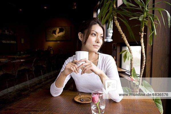 Frau  Tasse  halten  Cafe  Kaffee